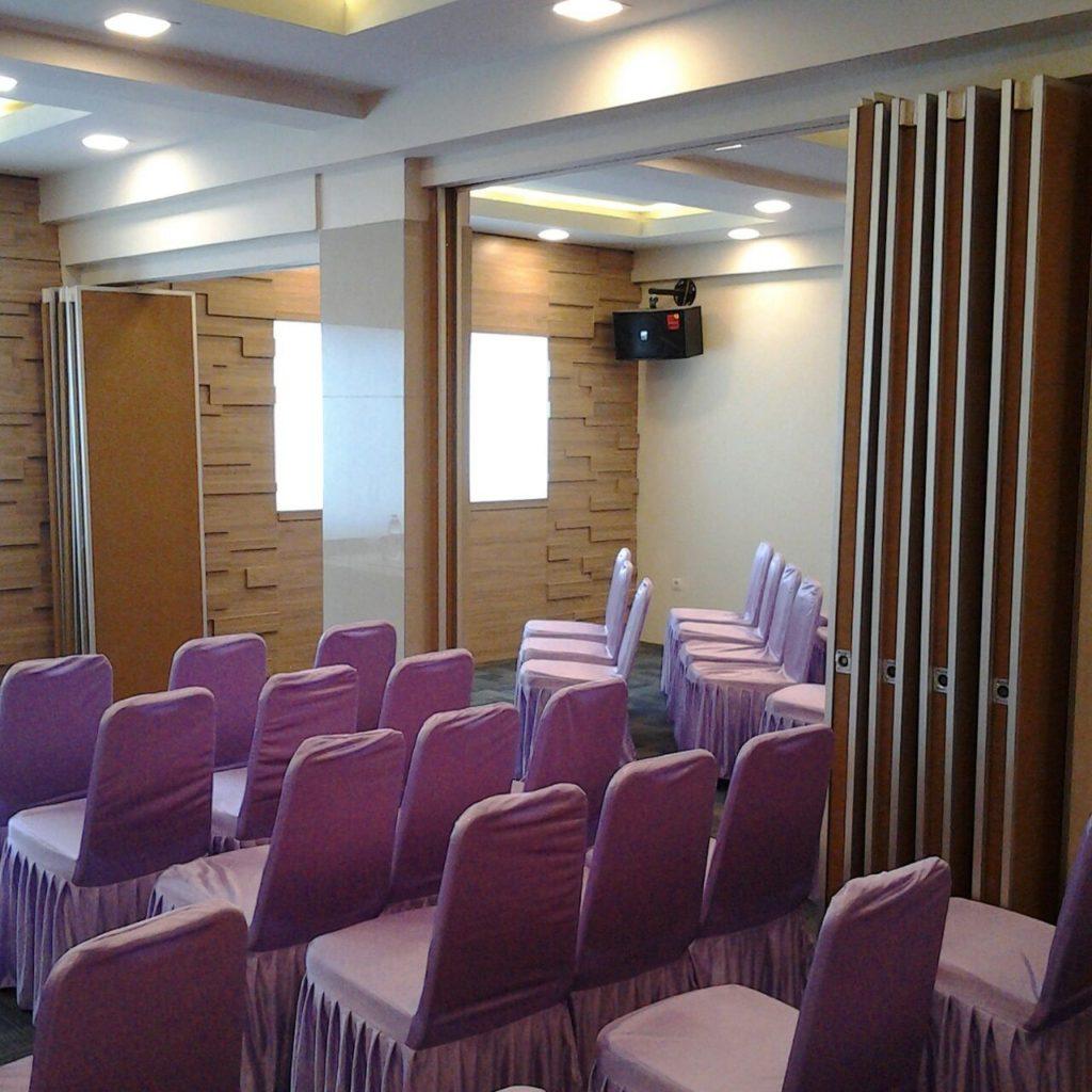 Cara mengatasi ruangan yang sempit dengan partisi movable wall